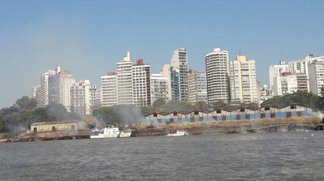 Un voraz incendio se declaró en los viejos galpones y muelles del puerto