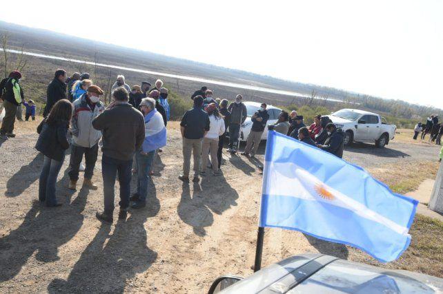 Dueños de campos y puesteros protestan en la ruta a Victoria por las acusaciones por los incendios