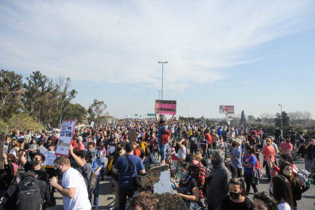 Miles de personas ocuparon ambas manos del puente.