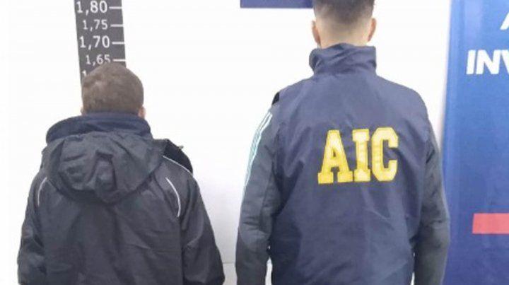 El presunto autor del crimen (izquierda) se presentó espontáneamente en la sede la AIC.