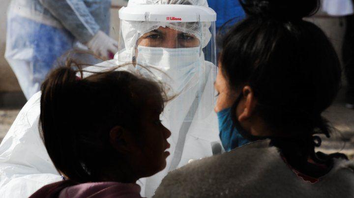 """El Ministerio de Salud santafesino consideró que liberar de sus obligaciones al personal médico es una medida """"necesaria y adicional"""" por la pandemia."""