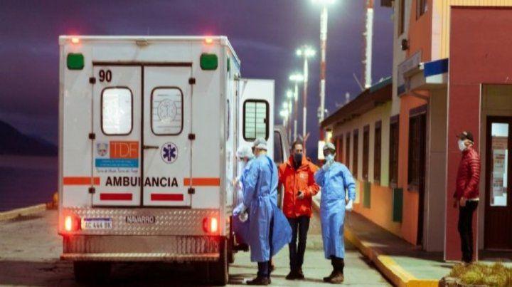 Puerto. Una ambulancia y enfermeros asisten en el muelle fueguino.