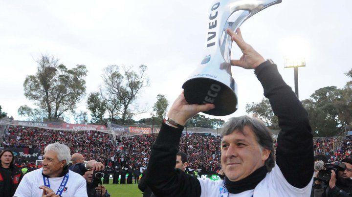 El trofeo más preciado. Martino levanta la copa del Torneo Final 2013 y los hinchas lo ovacionan.