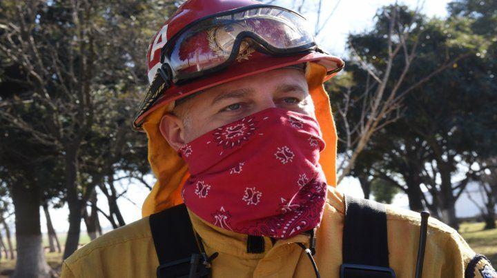 vocación. Maximiliano Cancina lleva 26 años de bombero y vino de Buenos Aires para trabajar en las islas.