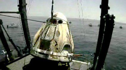 Tras un vuelo histórico, los astronautas de la cápsula de SpaceX amerizaron