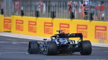 La rueda delantera izquierda del Mercedes está destrozada y así llega Hamilton a ganar el GP de Inglaterra.