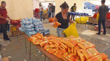 Dar una mano. Los voluntarios seleccionan los alimentos que luego serán repartidos en comedores comunitarios y ollas populares.