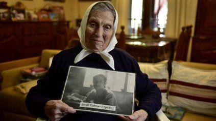 Queca sotiene una foto de Jorge, su hijo desaparecido.