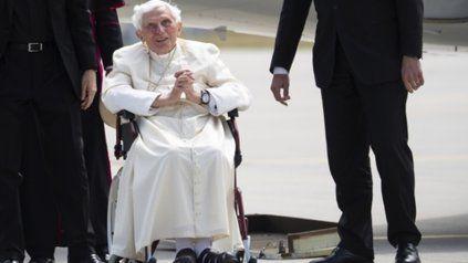 El Papa emérito, en silla de ruedas.