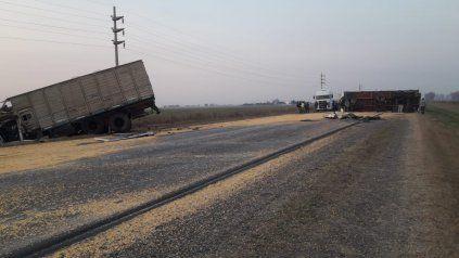 El panorama en el ruta A012 tras el choque de camiones.
