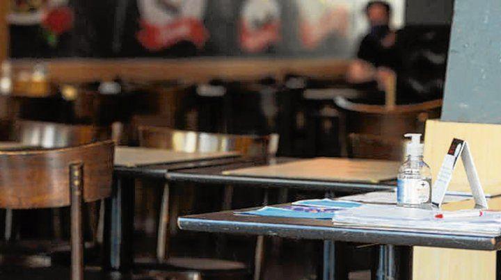 En la entrada. Los bares deben tener alcohol y registro de asistentes.