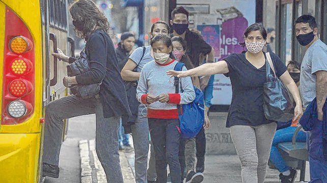 precaución. La Municipalidad solicita hacer una fila en la parada del ómnibus y respetar la distancia social en todo momento.