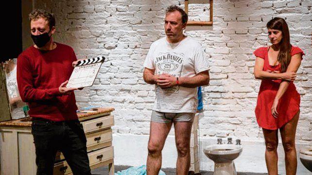 "Con barbijo. Nemirovsky dirigiendo ""Emprendedores, escape a Miami""."