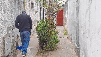 """la escena. El pasillo en el cual vivían y fueron asesinados a tiros Ariel Carlo """"Jerry"""" Gabeta y su yerno."""