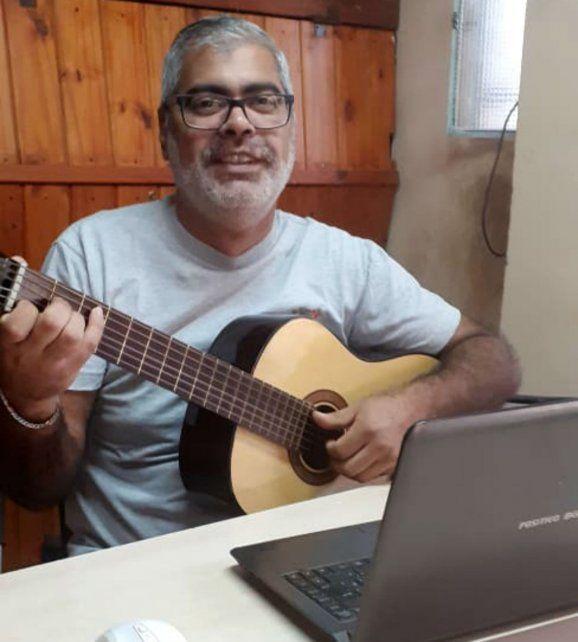 El profe con la guitarra y su computadora