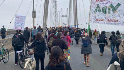 Miles de personas cruzan caminando el Puente Rosario-Victoria pidiendo por el cese de los incendios en las islas.