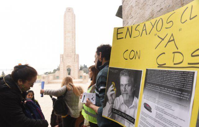 seguidores. Los defensores del dióxido de cloro portaron carteles con la foto de uno de los impulsores