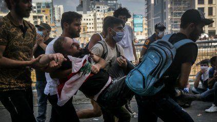 Jóvenes manifestantes trasladan a un herido. El descontento en Beirut es generalizado.