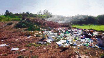 Desperdicios. La comuna negó que arroje residuos en la cava ubicada a metros del río Carcarañá.