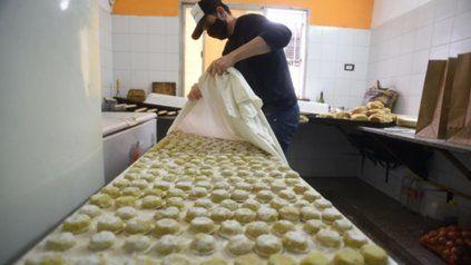 En producción. El sábado pasado se puso en marcha la fábrica de pastas y se prepararon 430 raciones de sorrentinos y otras tantas de ravioles.