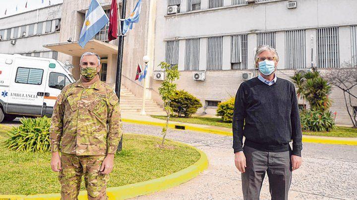 Largamos. El coronel Maldonado y el investigador Polack frente al Hospital Militar Central.