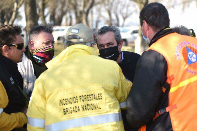Javkin visitó a los brigadistas que trabajan en los incendios en las islas. (Foto: Subsecretaría de Comunicación Social)