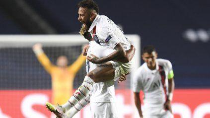Neymar y Choupo-Moting celebran la clasificación de PSG. En Central también festejaron.