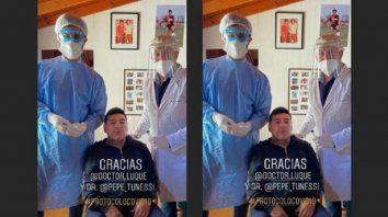 El foco está en Maradona y en los médicos que le hicieron el hisopado. Pero detrás se ve a Diego con la camiseta de la Lepra.