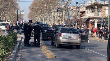 San Martín y avenida Del Rosario. Uno de los delincuentes ya reducido tras el tiroteo.