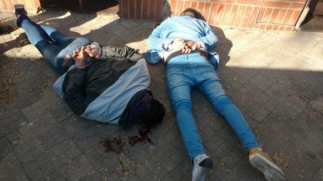 Dos integrantes de la gavilla, reducidos por la policía en plena avenida San Martín.