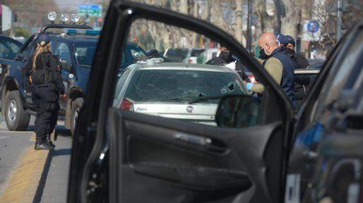 Los impactos de bala eran bien visibles en el vehículo policial y en el auto de los ladrones.