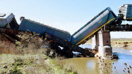 Parte de la carga terminó en el agua.