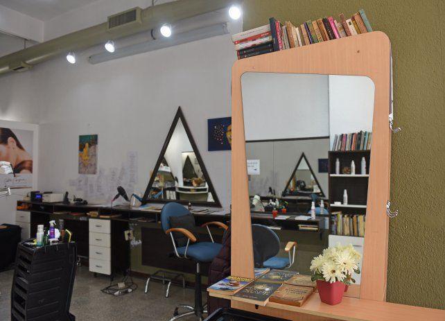 Los libros son parte del paisaje del salón. Al fondo, la barra de novedades y el espacio de poemas.