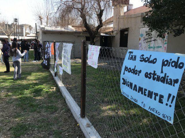 Alumnos y padres colgaron carteles con sus reclamos fuera de la escuela