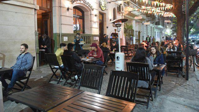 Los jóvenes comparten momentos en avenida Pellegrini con todos los recaudos. (Foto: Silvina Salinas)