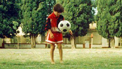 Leo con la camiseta leprosa y la pelota.