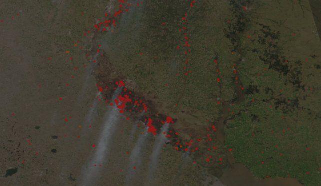 El sitio permite ver imágenes satelitales en las que se ven las columnas de humo