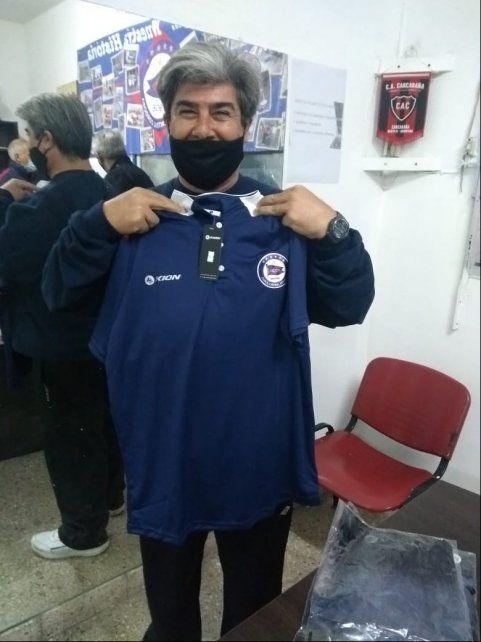 Pilcha.  Marcelo Giménez y la nueva vestimenta para los entrenadores.