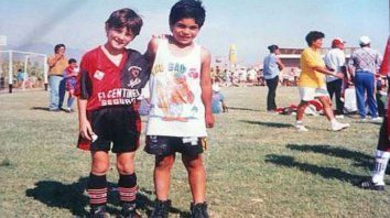 Messi posando con un rival tras un torneo internacional.