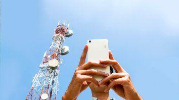 Por decreto, el gobierno declaró servicio público a las telecomunicaciones y congeló tarifas hasta diciembre.