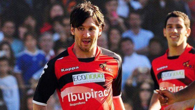 Messi en un amistoso en el Coloso. Atrás Maxi Rodríguez.
