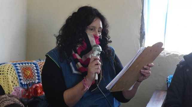 La docente Cintia Pérez es una de las conductoras del ciclo radial.