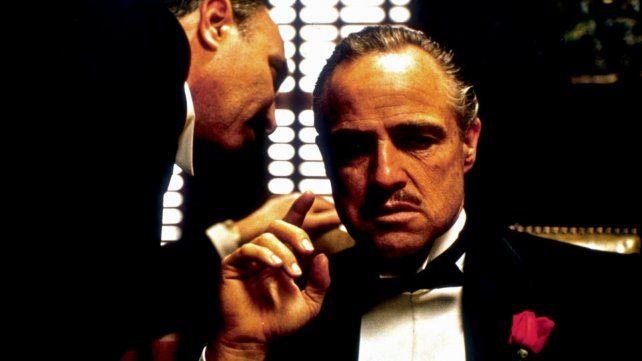 Marlon Brando interpretó a Don Vito Corleone, el patriarca familiar, en 1972. Su imagen se transformó en ícono de la saga.