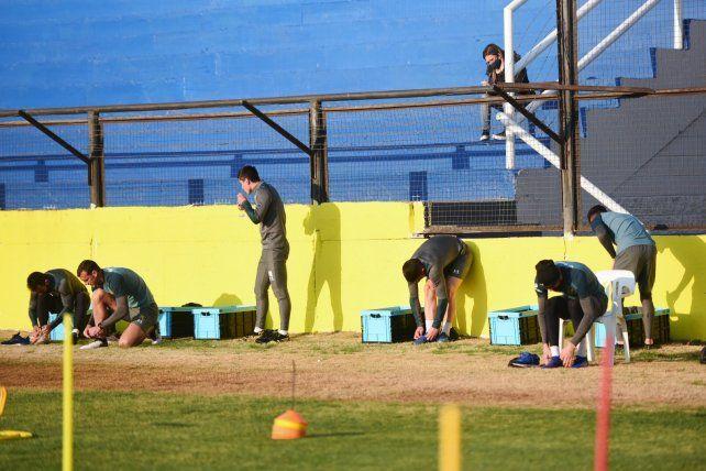 Jugadores de Central cumpliendo con el protocolo en Arroyo Seco.
