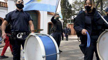 Policías bonaerenses llevaron sus reclamos a las puertas de la residencia del presidente.