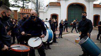 Frente a la residencia de Olivos policías manifestaron uniformados y exhibiendo armas.