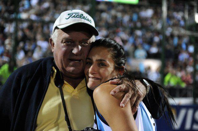 El llanto y el abrazo con su fiel compañero de siempre, su papá René.