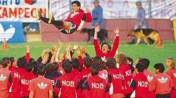 Feliz. Diego sonriente es arrojado al aire por sus nuevos compañeros.