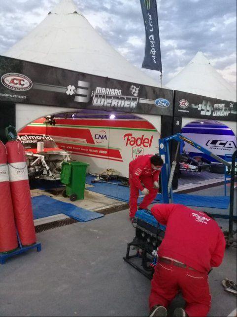 El Memo Corse, con los mecánicos del nicoleño DTA Racing, cambian el motor de Werner. La correa se rompió.