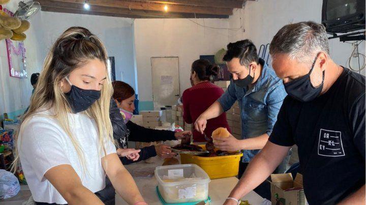 Muchas manos colaboran en el comedor Ojitos Felices.
